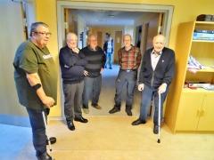 4-Mændene-står-afventende-i-baggrunden